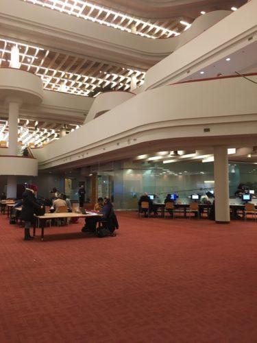 公共図書館内部